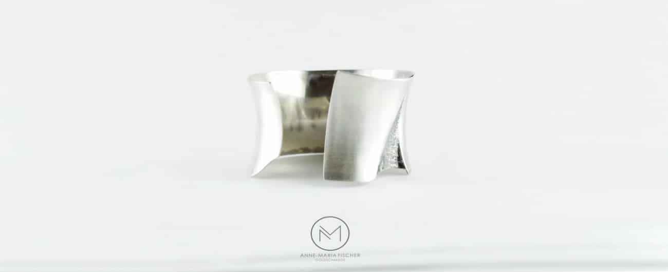 Goldschmiede Anne-Maria Fischer - AM - Leipzig - Schmuckdesign - Unikatschmuck - Armschmuck - Armreif - Silber - monochrom